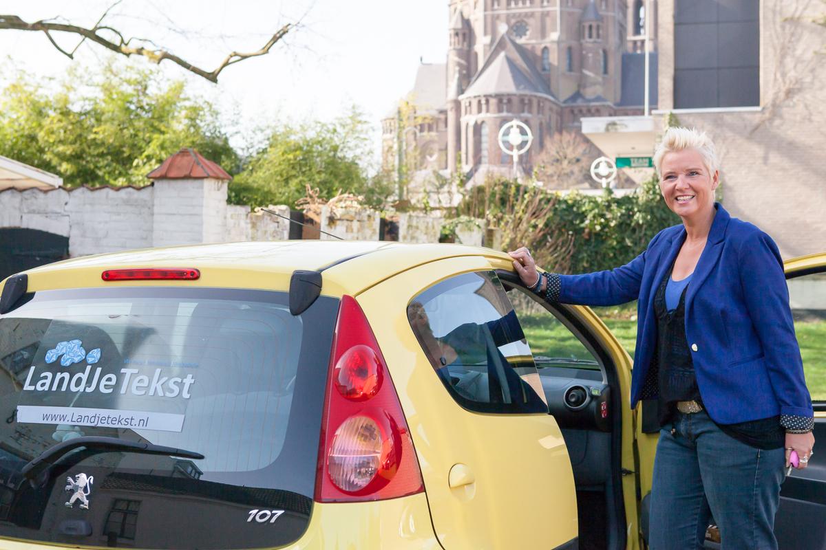 Jolanda Damsma bij auto en Kerk Geldrop